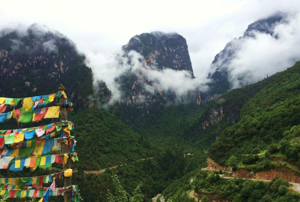 Au sud des nuages Balagezong les montagnes de la stupa et drapeaux