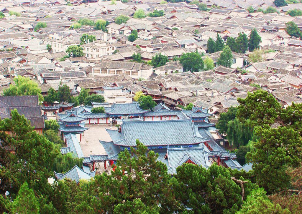 Au sud des nuages Lijiang vue sur les toits de la residence Mo