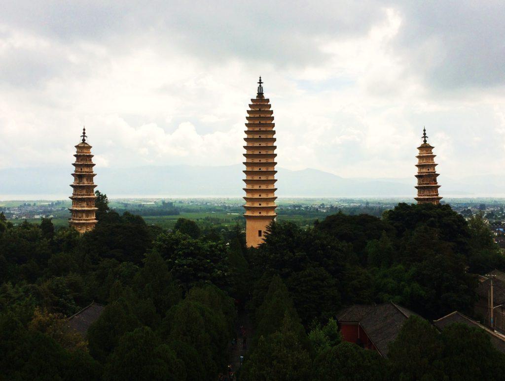 Au sud des nuages Dali trois pagodes vue sur le lac Erhai