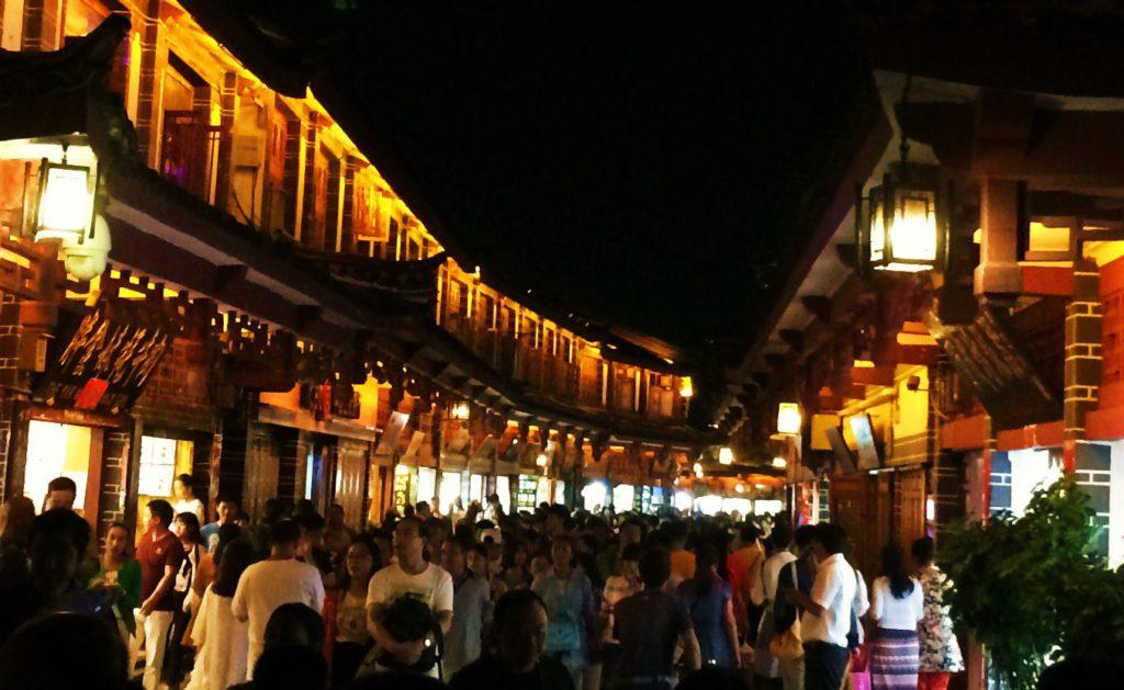 Au sud des nuages Lijiang la foule la nuit