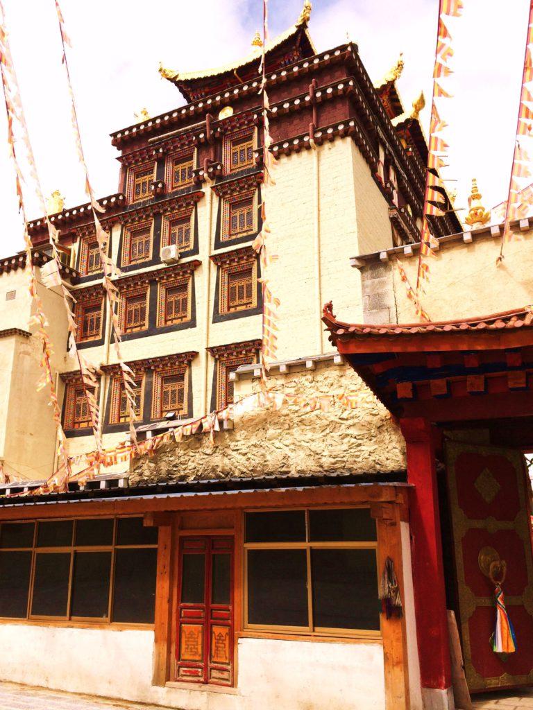 Au sud des nuages Shangri La monastère batisse